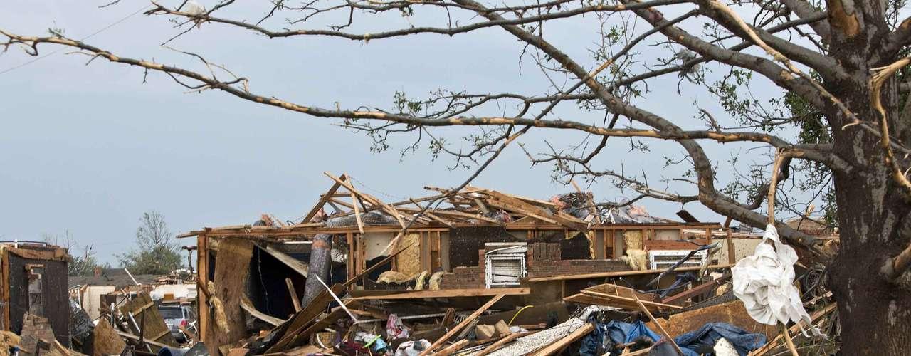 Los estadounidenses que sobrevivieron al tornado del lunes describieron su carrera para hallar refugio para luego emerger de entre escombros para ver solo devastación.