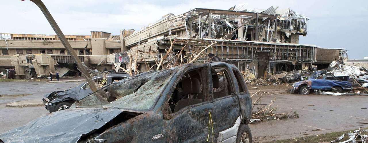 En una declaración televisada desde la Casa Blanca, Obama lamentó este martes la devastación causada por el tornado y prometió estar junto a la población afectada en los esfuerzos de rescate y reconstrucción.