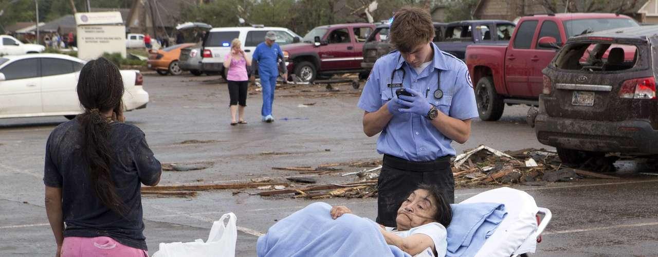 Reporteros de la cadena de televisión local KFOR vieron cómo sacaban de entre los escombros de la escuela primaria Plaza Towers a niños de unos 9 años.