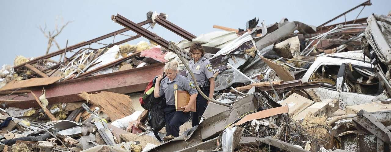 El tornado también golpeó a la escuela primaria Briarwood, pero al parecer no hubo allí víctimas mortales.