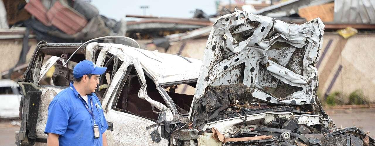 Los angustiados padres, mantenidos alejados por los equipos de emergencia, se agrupaban el lunes cerca de los escombros, según los medios locales, que mostraban decenas de socorristas buscando entre los restos.