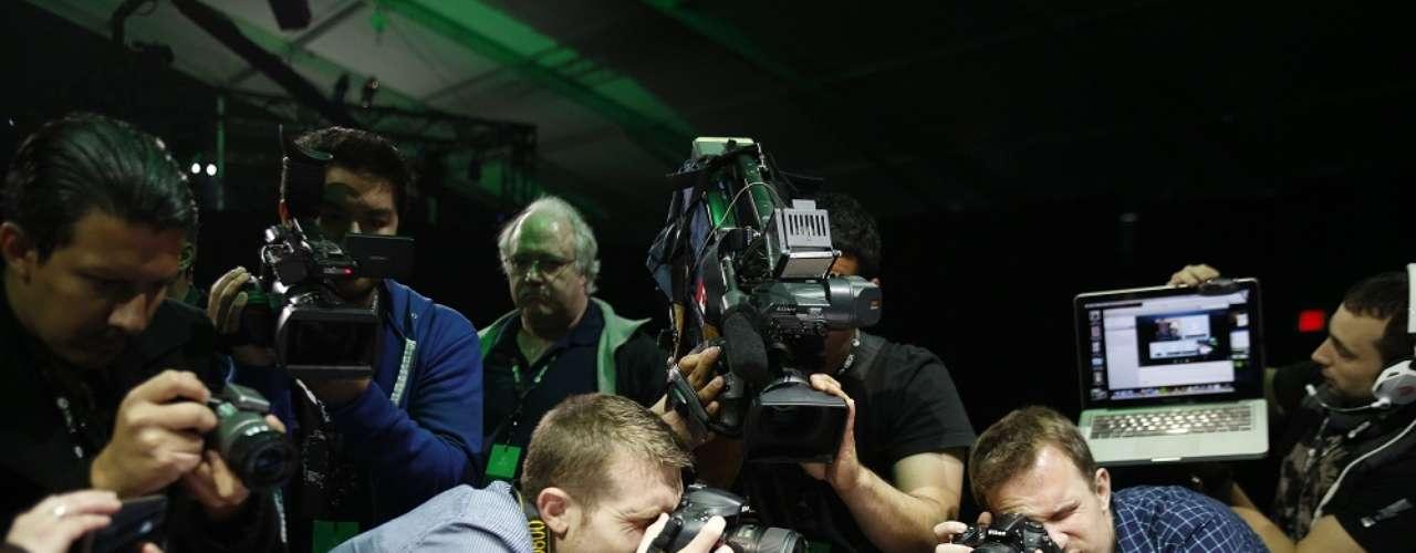 Reporteros gráficos fotografían la nueva Xbox One durante su presentación