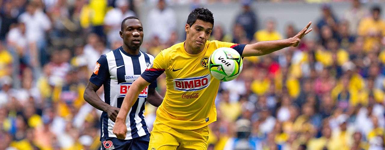 Raúl Jiménez es un delantero completo, pues lo mismo remata y anota que asiste o jala marcas.