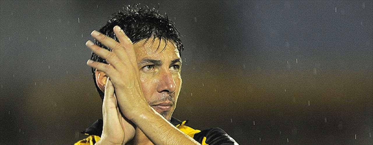 JUAN MANUEL OLIVERA: El espigado atacante charrúa, de 1,91 metros de estatura, retornaría con sus goles a la U -camiseta que dejó el 2010-, tras un paso por Peñarol y por el fútbol árabe. Sin embargo, el uruguayo desconoció conversaciones con los azules.