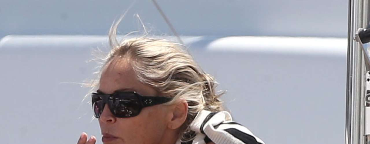 ¡Qué sospechosase ve Sharon Stone! La actriz se dio un merecido descanso mientras estaba en el festival de cine de Cannes y salió a la terraza de su habitación a fumar. Lo 'raro' de dicho acto, es que la forma de su cigarrillo se veía 'improvisado' y la manera en que movía su boca era extraña. La misma Stone ha confesado que fumó marihuana pero lo que no sabemos es si de vez en cuándo sigue haciéndolo
