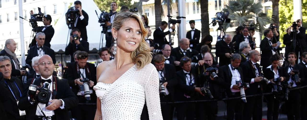 A pocos días de cumplir 40 años, la actriz Heidi Klum llamó la atención de los fotógrafos al desfilar con un revelador vestido en la alfombra roja de Cannes.