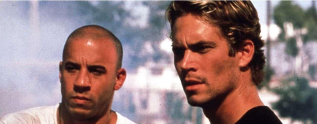 The Fast and the Furious o Rápido y furioso (2001) en Los Ángeles. Dom Toretto (Vin Diesel) es un exconvicto líder de un equipo criminal de corredores envueltos en el circuito de carreras callejeras. Para detenerlo, la policía infiltra al agente Brian OConner (Paul Walker) en su grupo. Lo que inició como una visión, sin embargo, se convirtió en su inserción en este mundo.