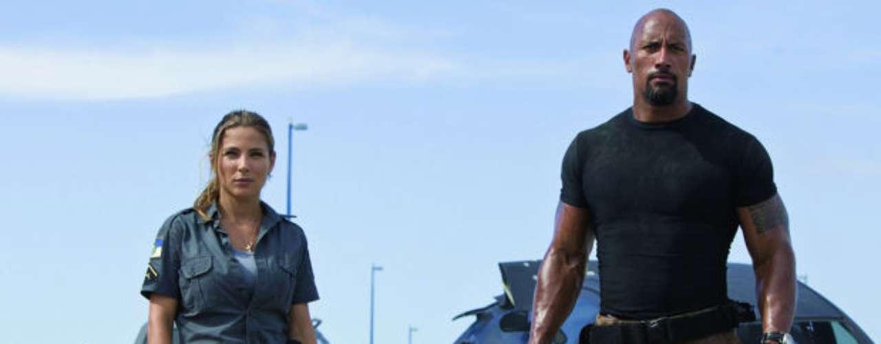 Fast Five o Rápidos y Furiosos 5in Control (2011) en Río de Janeiro, Brasil. Desde que Brian Paul Walker) y Mia Toretto (Jordana Brewster) rompieron con Dom (Diesel), ellos han cruzado muchas fronteras para huir de las autoridades. Ahora, acorralados en Río de Janeiro, tienen que realizar un último trabajo para ganar su libertad. Montarán su equipo de corredores de élite y tendrán que enfrentarse a un hombre de negocios corrupto que los quiere muertos mientras que, en otro flanco, deberán sobrevivir al agente Hobbs (Dwayne Johnson).