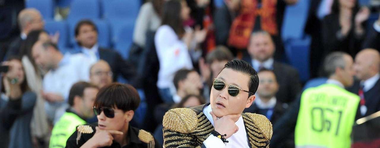 Así como los cantantes tienen grandes momentos de gloria sobre el escenario, también han protagonizado episodios que no han sido nada agradables para ellos y desearían que nunca hubieran pasado. Tal es el caso de Psy, quien fue abucheado el domingo 26 de mayo, en el Estadio Oímpico de Roma, durante un espectáculo previo a la final de la Copa de Italia.