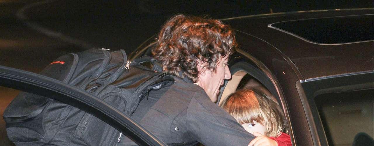 ¿Colate es un padre irresponsable? ¡Todo indica que sí! El español llegó a Miami en compañía de su hijo Andrea Nicolás al que sentó en la parte delantera del auto cuando está ¡prohibido!