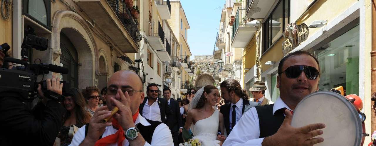 Al más puro estilo siciliano, la pareja salió de la iglesia acompañada por sus invitados.