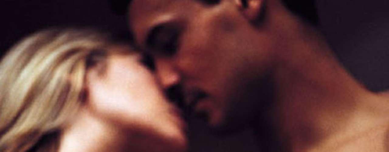 2. Te dejarás llevar por la pasión. En vez de estar pensando en si conseguirás o no llegar al clímax concéntrate más bien en lo que está sucediendo, relajándote y déjate llevar. Concibe el sexo como un acto de goce en sí, no como una carrera para llegar al orgasmo y verás que el clímax viene solo\