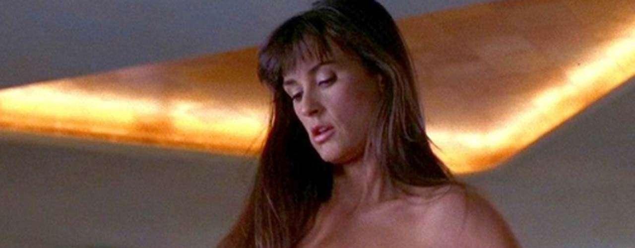 Demi Moore aceptó el papel de la bailarina exótica que pierde la custodia de su hija y se ve envuelta en una trama política de 'Striptease' (1996) con el fin de revivir su carrera artística. Obviamente no lo logró, pero muchos agradecieron el intento.