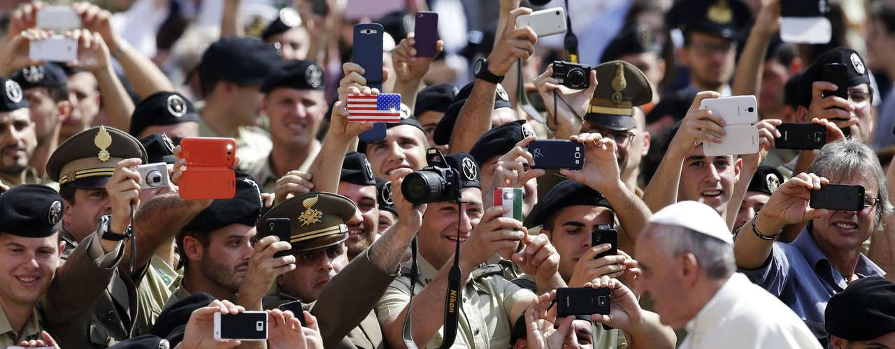 Italian soldiers take pictures as Pope Francis arrives to lead his Wednesday general audience in Saint Peter's Square at the Vatican June 5, 2013. REUTERS/Max Rossi (VATICAN - Tags: RELIGION MILITARY)