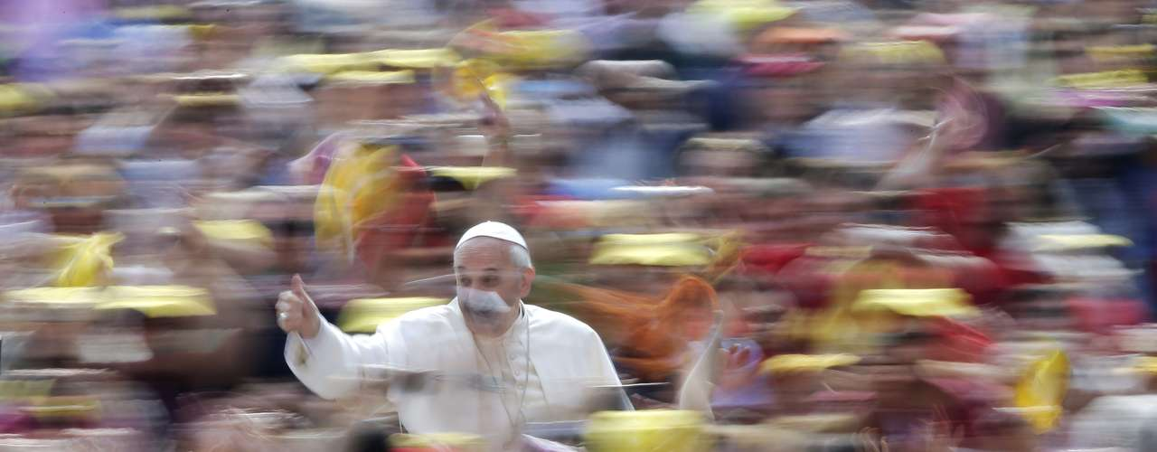 Pope Francis gestures as he arrives to lead his Wednesday general audience in Saint Peter's Square at the Vatican June 5, 2013. REUTERS/Max Rossi (VATICAN - Tags: RELIGION TPX IMAGES OF THE DAY)