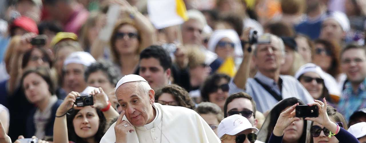 Pope Francis gestures as he arrives to lead his Wednesday general audience in Saint Peter's Square at the Vatican June 5, 2013. REUTERS/Max Rossi (VATICAN - Tags: RELIGION)