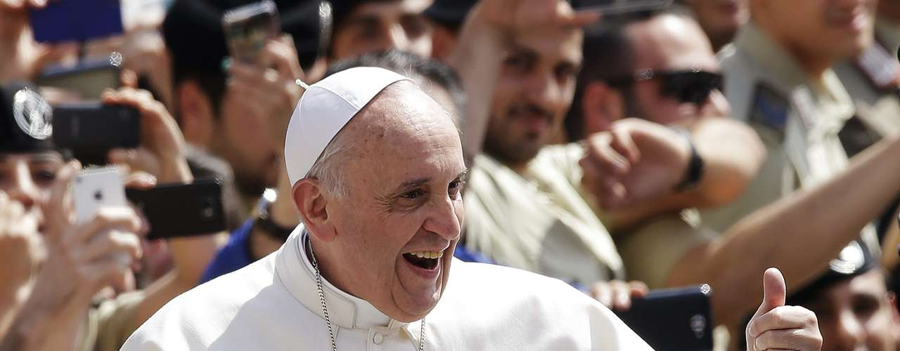 Pope Francis shows a thumbs-up sign as he arrives to lead his Wednesday general audience in Saint Peter's Square at the Vatican June 5, 2013. REUTERS/Max Rossi (VATICAN - Tags: RELIGION)