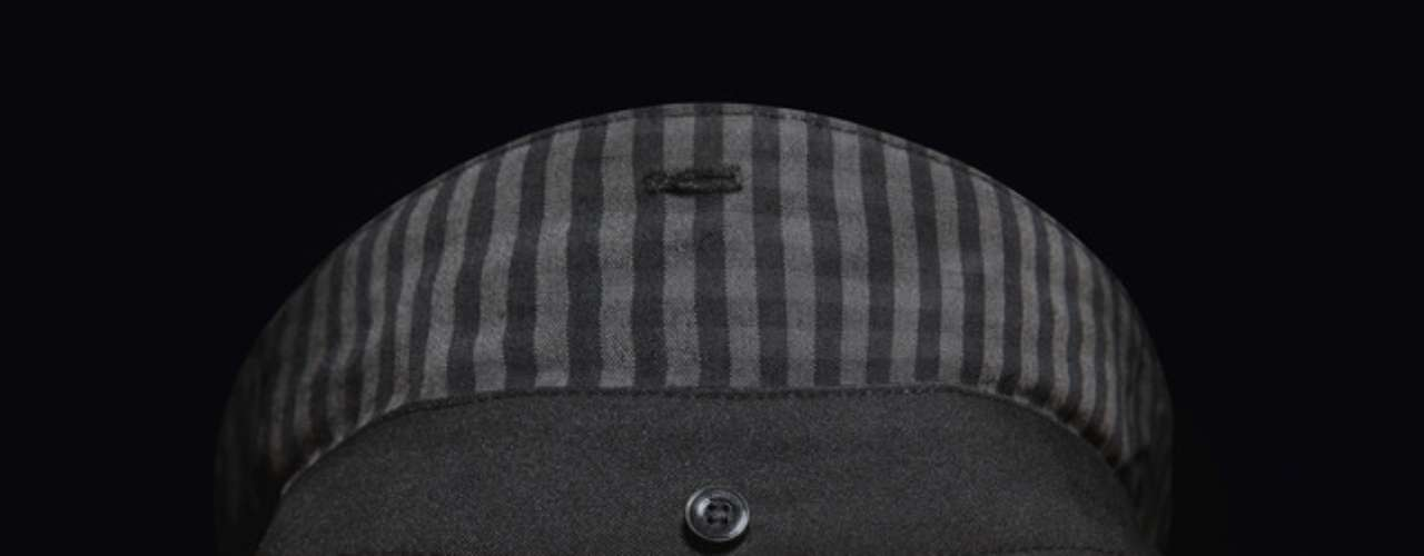 The collar, made to size, has three buttons on the front and one on the back, representing the sense of style of the city.