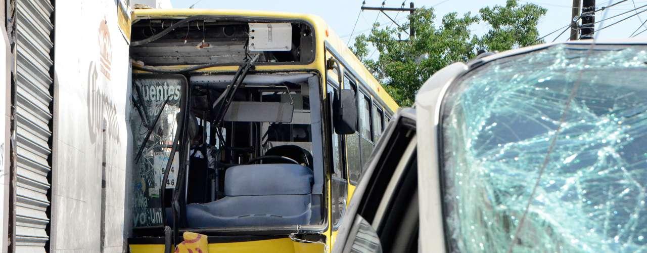 El 6 de junio, un camión urbano y una camioneta tipo van se impactaron. El accidente dejó un saldo de 19 pasajeros heridos. El autobús se estrelló en la barda de una cantina en el centro de Monterrey, Nuevo León.
