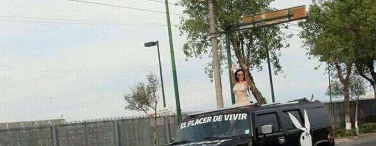 Diosa Canales paseó por las principales avenidades de la Ciudad de México a bordo de una Hummer propiedad de la revista del conejito.