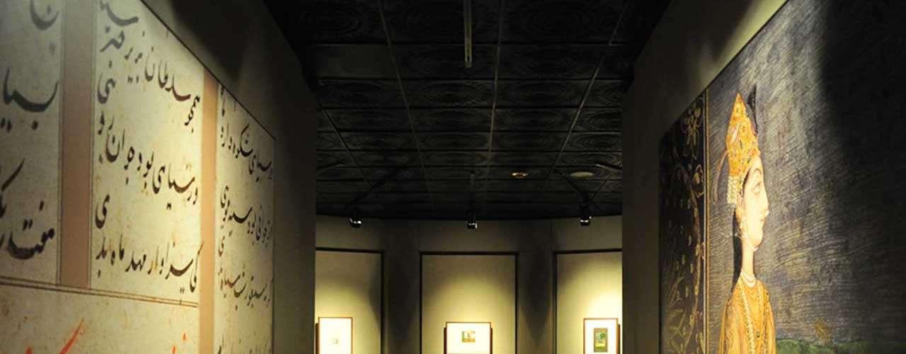 La muestra se divide en cuatro núcleos temáticos: Iluminaciones sagradas, Visiones líricas, Recorrido por la historia de la pintura mongola y Al estilo de la Compañía: pintura para la clase comerciante.