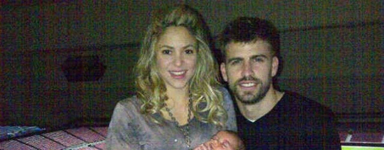 La cantante latina Shakira con su prometido Gerard Piqué y su adorado hijo Milan, quién nacio el pasado 22de enero,luego de un partido del futbol del barcelona, en el estadio