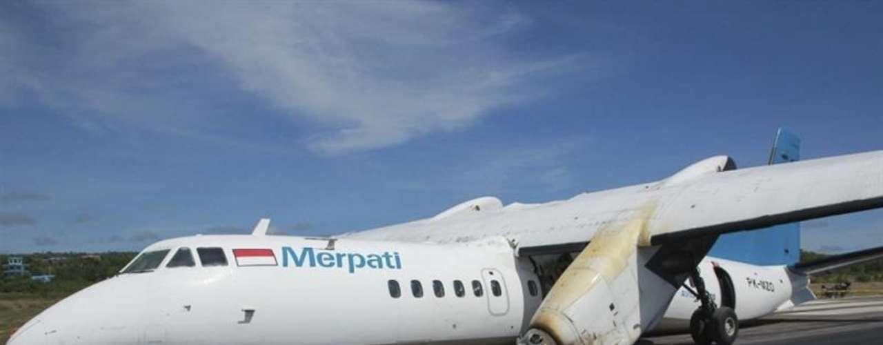 Un avión MA-60 de la aerolínea Merpati Nusantara se estrelló en la pista del aeropuerto El Tari en Kupang, Indonesia, el lunes 10 de junio de 2013. Nadie resultó herido en el accidente.
