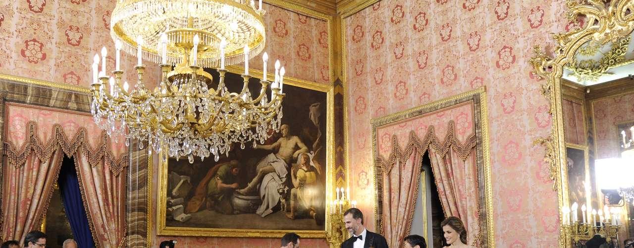 Los príncipes ofrecieron anoche una cena de gala al príncipe Naruhito.