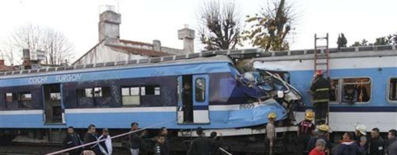El 13 de junio, un tren suburbano de pasajeros embistió a otro que estaba parado cerca de la estación de Castelar, 30 kilómetros al oeste de Buenos Aires, Argentina.