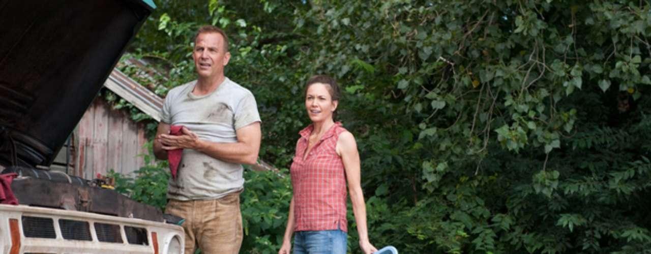 Kevin Costner y Diane Lane le darán vida a los padres adoptivos de Superman, Jonathan y Martha Kent. Mientras que Lane ha tomado su carrera con tranquilidad los últimos años, Costner estrenará otras tres películas para este año.