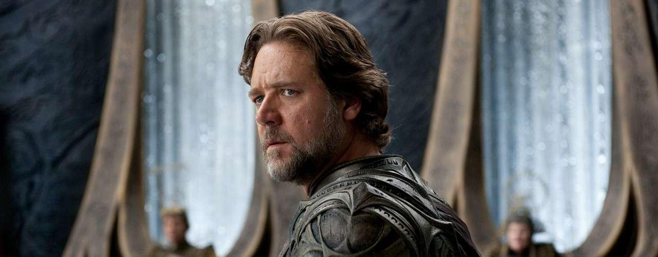 Russell Crowe interpretará el papel que inmortalizó Marlon Brando, Jor-El, el padre de Superman. Sean Penn y Clive Owen también fueron considerados para el rol, pero la prestancia y fuerza de la imagen de Crowe convenció a todos.