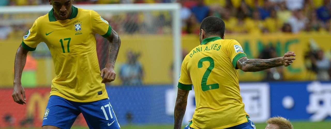 Honda pierde el dominio del balón ante los brasileños.