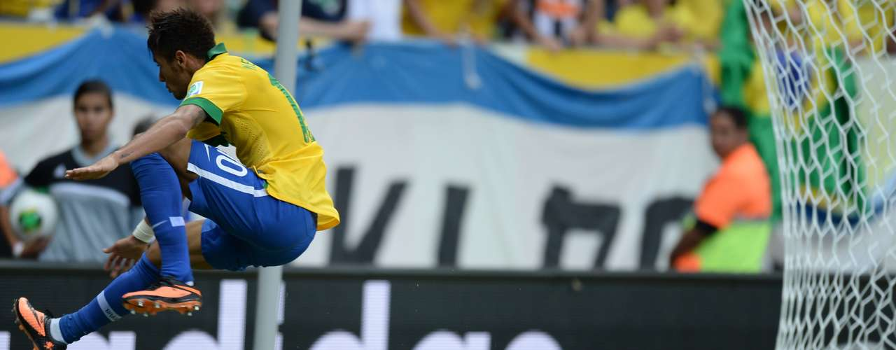 Neymar salta sobre el arquero Kawashima.
