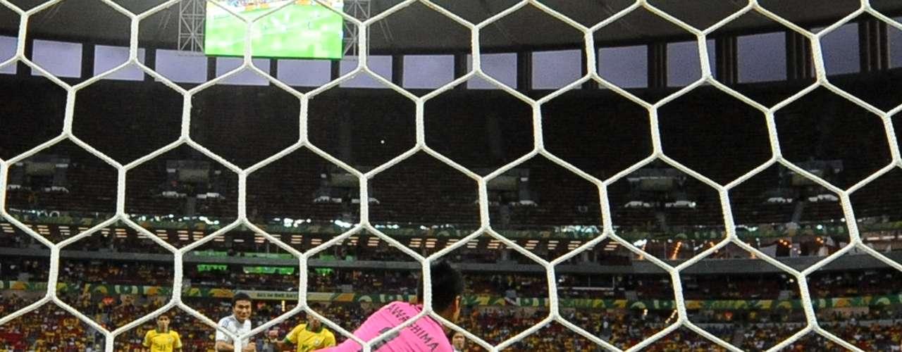 Kawashima no logró atajar el disparo de Paulinho, autor del segundo gol del partido después de Neymar.