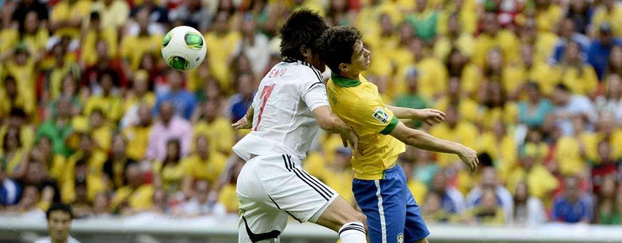 Brasil abrió la Copa Confederacionescon un golazo del delantero Neymar en la primera etapa del partido ante Japón.En la imagen, el centrocampista Oscar pelea por el balón.