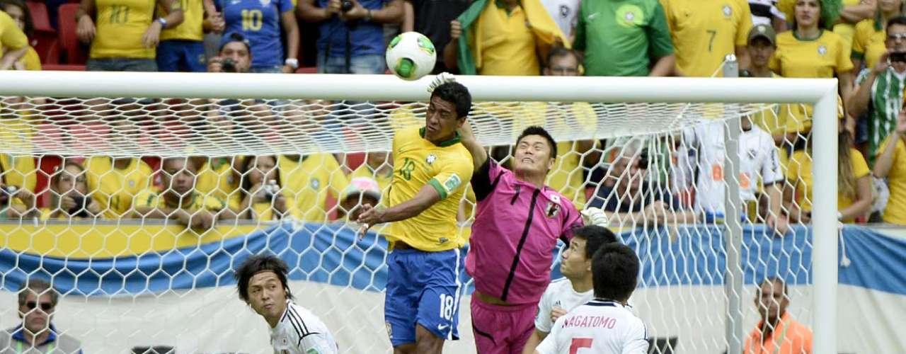 Paulinho lucha por el dominio del balón con el portero Kawashima.