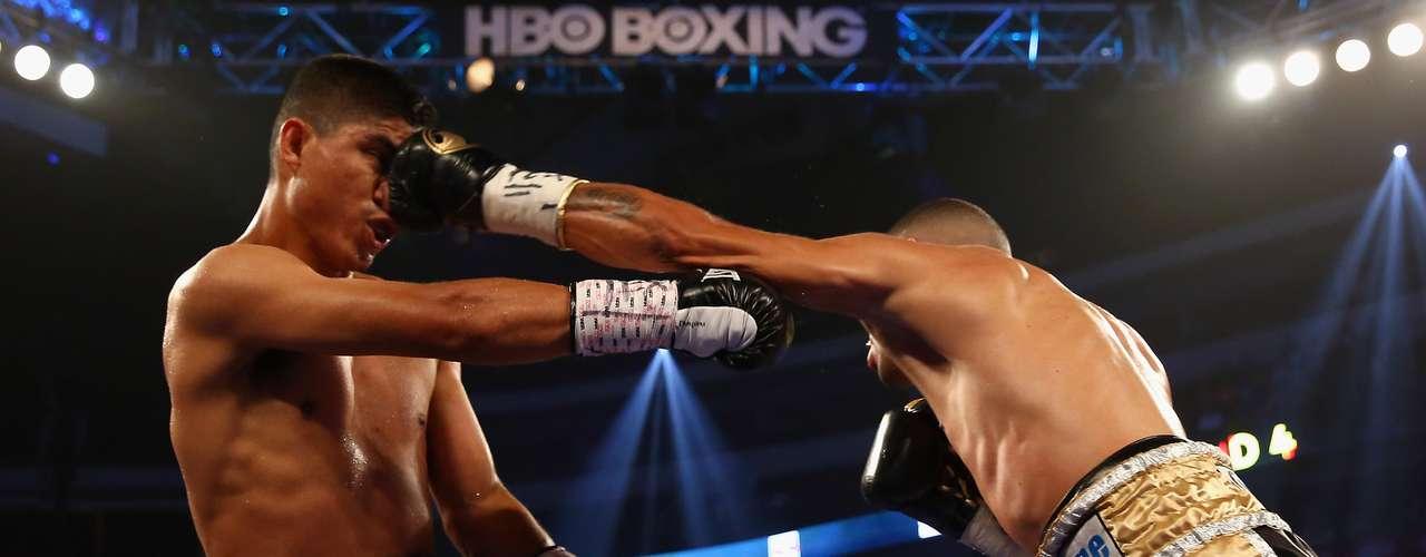 López (33-3, 30 KO's) llevó la iniciativa de la pelea y exhibió un boxeo más agresivo, pero García se defendió bien y no permitió que los golpes del púgil boricua pudiesen hacerle daño.