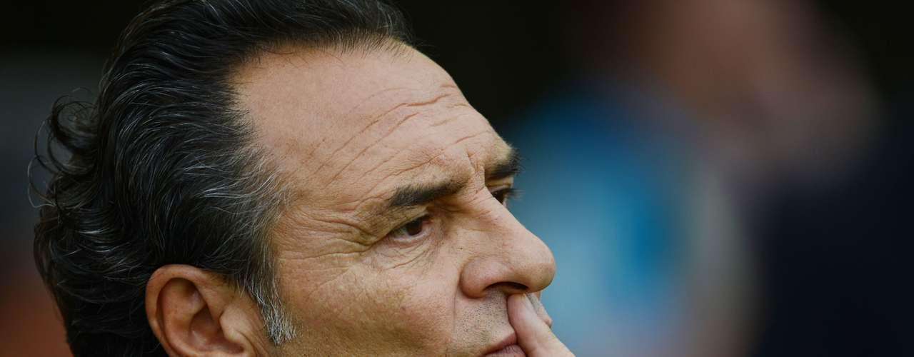 Cesare Prandelli, técnico de Italia, le ganó la partida aJosé Manuel de la Torre.Cesare Prandelli, técnico de