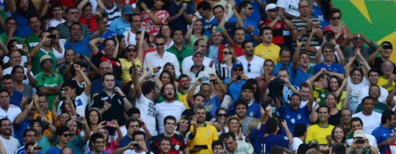 Italia festejó en grande el gol de la victoria sobre México.