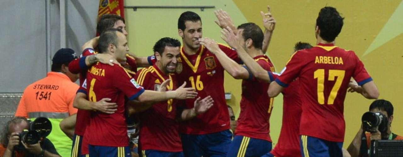 Los jugadores de España celebran uno de los goles.