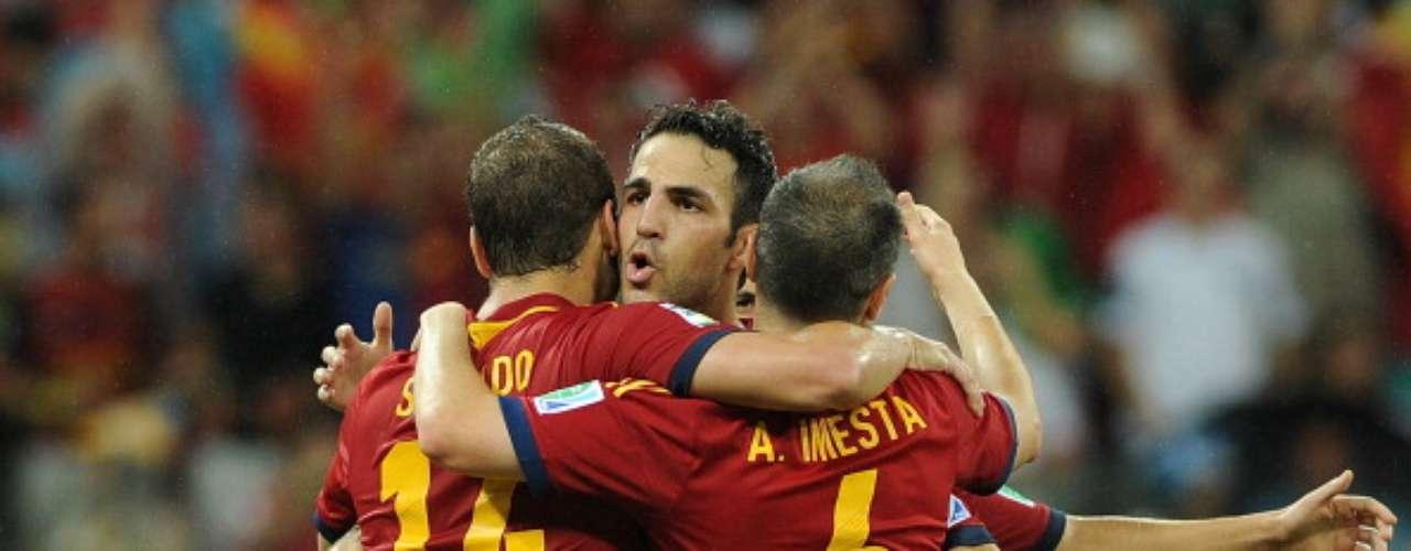 Soldado, Iniesta y Cesc, celebran un gol.