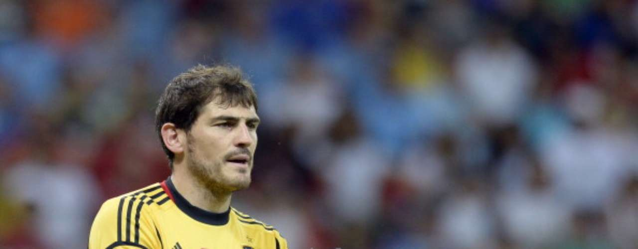 Casillas aplaude una acción.