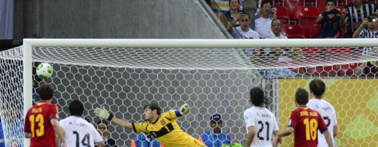 Momento en que Luis Suárez bate a Casillas.