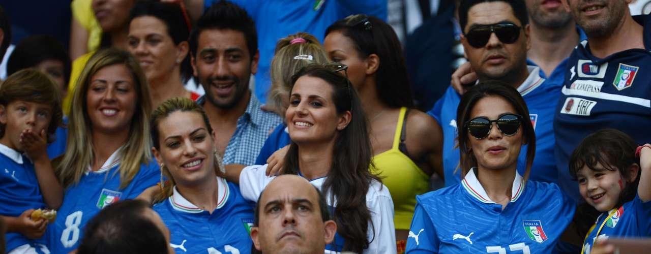 La modelo Cristina de Pin (blanco), mujer del centrocampista Riccardo Montolivo, también fue a Río de Janeiro.