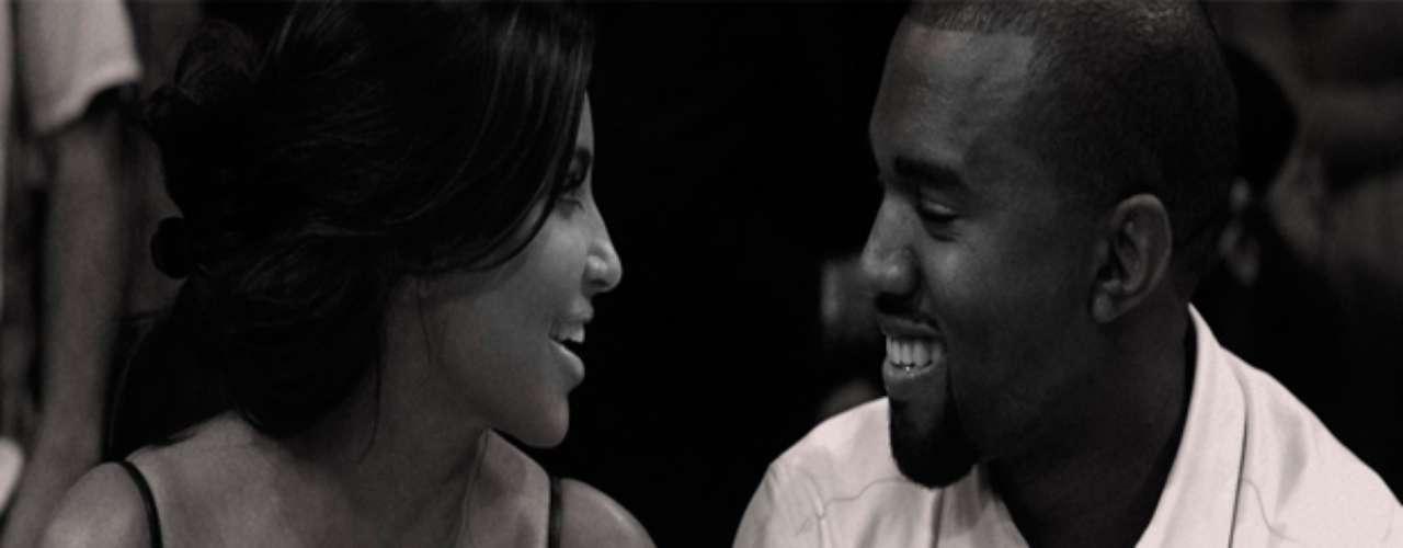 La cantante Beyonce felicitó a los nuevos padres Kim Kardashian y Kanye West en su web oficial, dónde publicó esta imagen de la pareja dándole la bienvenida a la nueva bebé, acompañado de la frase: Felicidades \