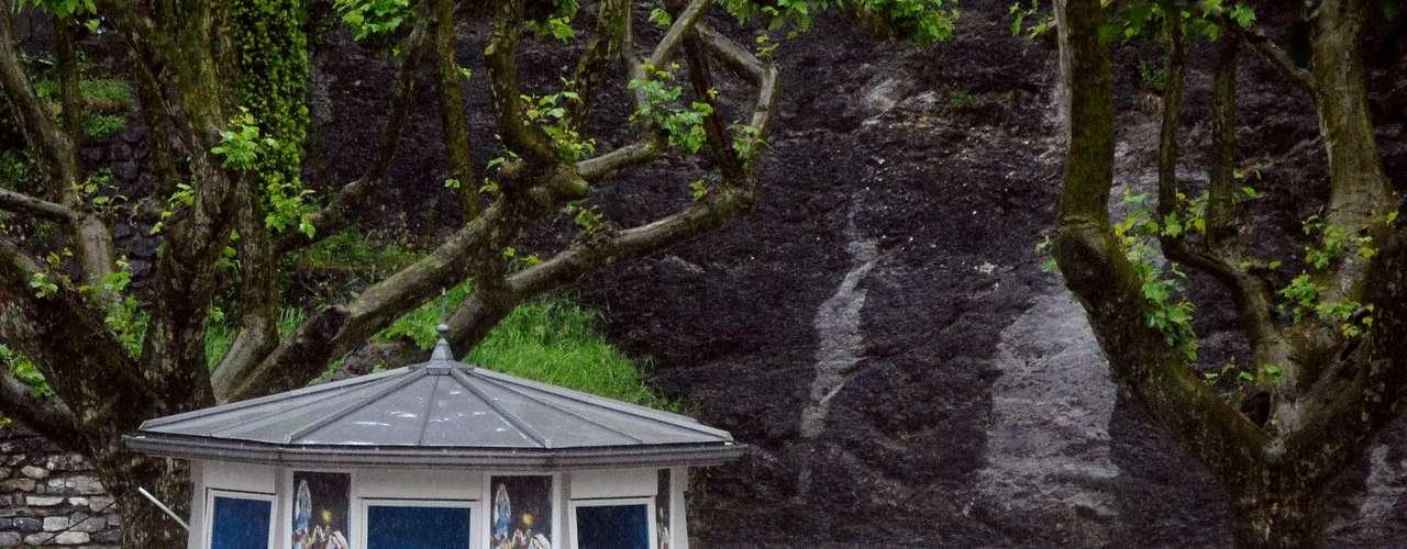 Un kiosco de prensa, cubierto por el agua en la ciudad de Lourdes