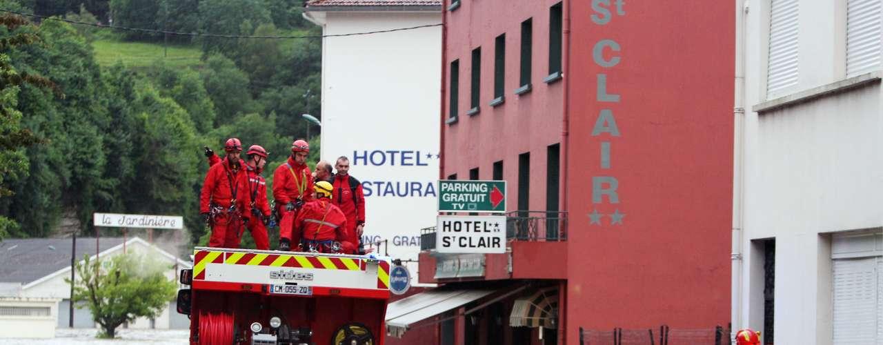 Efectivos del cuerpo de Bomberos trabajan en Lourdes tras las inundaciones provocadas por la crecida del río Gave de Pau