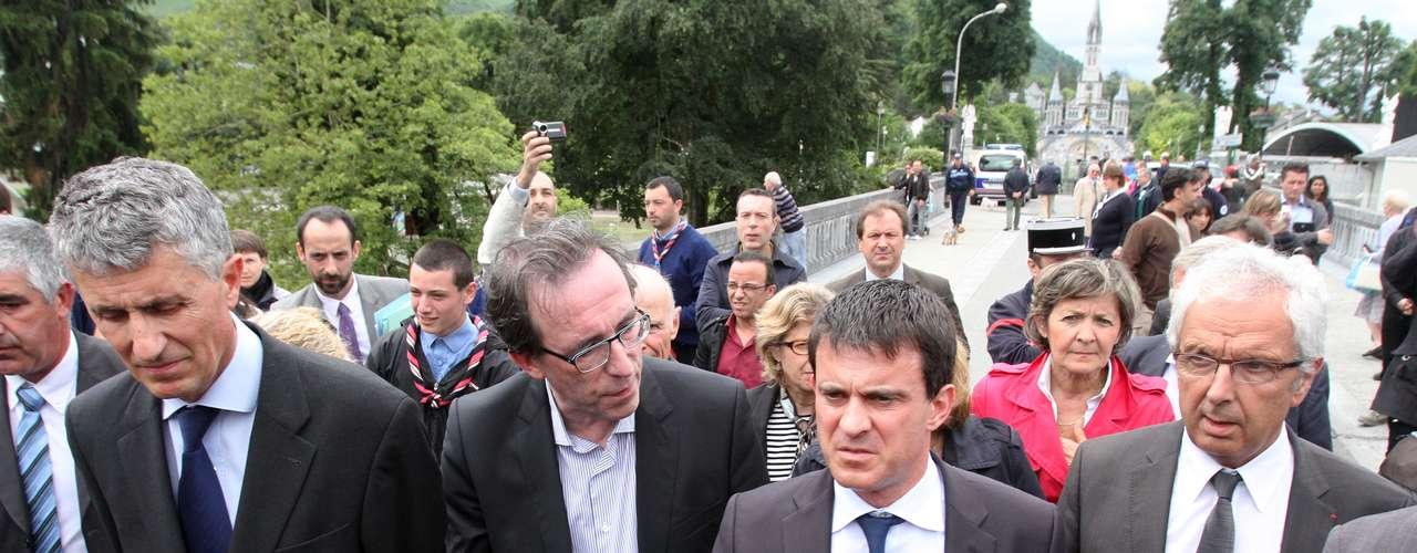 El ministro francés de Interior, Manuel Valls, visita Lourdes después de las inundaciones