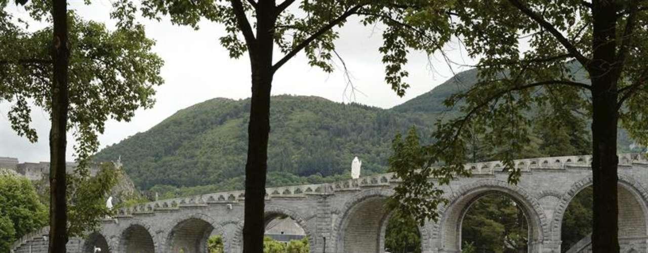 El agua ha llegado a alcanzar los tres metros en la gruta de Lourdes, que ha visto el caudal del agua crecer por encima de los 3 metros allí donde, según las creencias católicas, la Virgen María se le apareció por primera vez en 1858 a Bernadette de Soubirous
