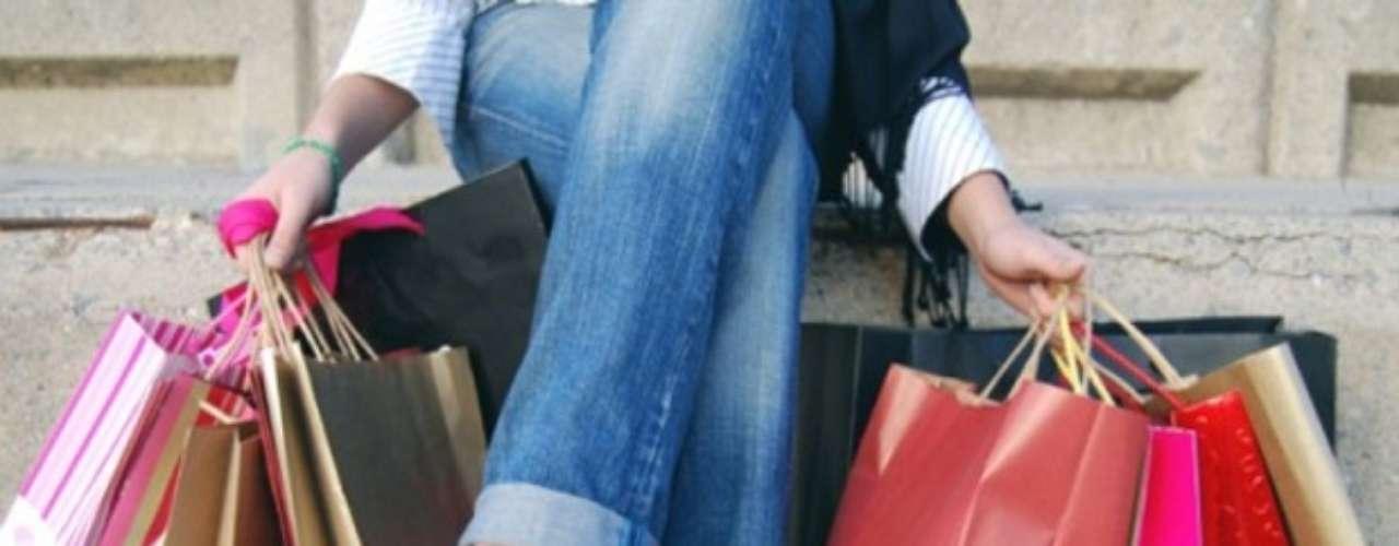 """COMPRADOR PERSONAL: Conocido en inglés como """"personal shopper"""". Se dedican a brindar asesoría al momento de comprar a sus clientes. Les dicen qué comprar, sobretodo en el ámbito de la moda, pero también pueden tener muy buen criterio a la hora de decorar oficinas, hogares o también recomendar el mejor de los regalos. Salario promedio: 25.000 a 100.000 dólares al año. Fuente: Odd Jobs: Cómo divertirse y ganar dinero en una mala economía."""
